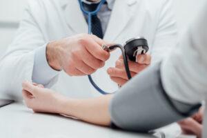 血圧を計測する医師